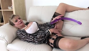 Chunky breasted milf brings myself to the ultimate climax at hand sex toys