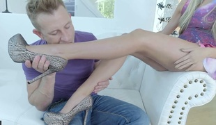 Blonde seductress Allie Knox pleases horny foot fetishist