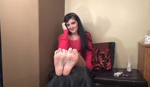 Barefoot MILFie Shows The brush Soles